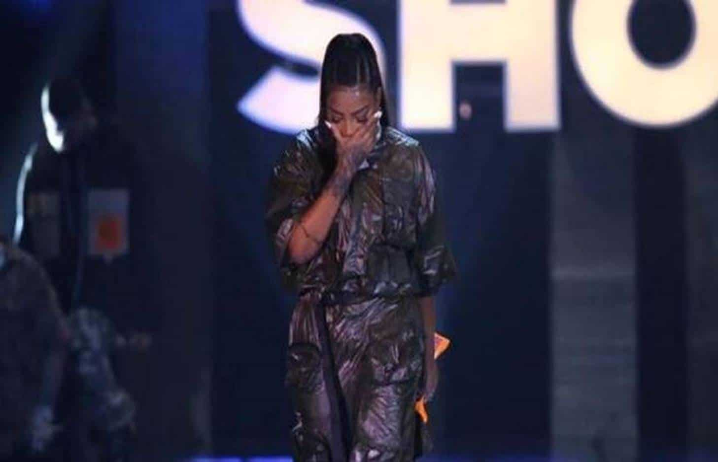 Ludmilla é vaiada por fãs de Anitta e chora durante evento