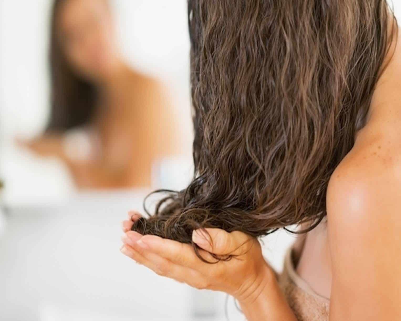 Mulher Cuidando do cabelo