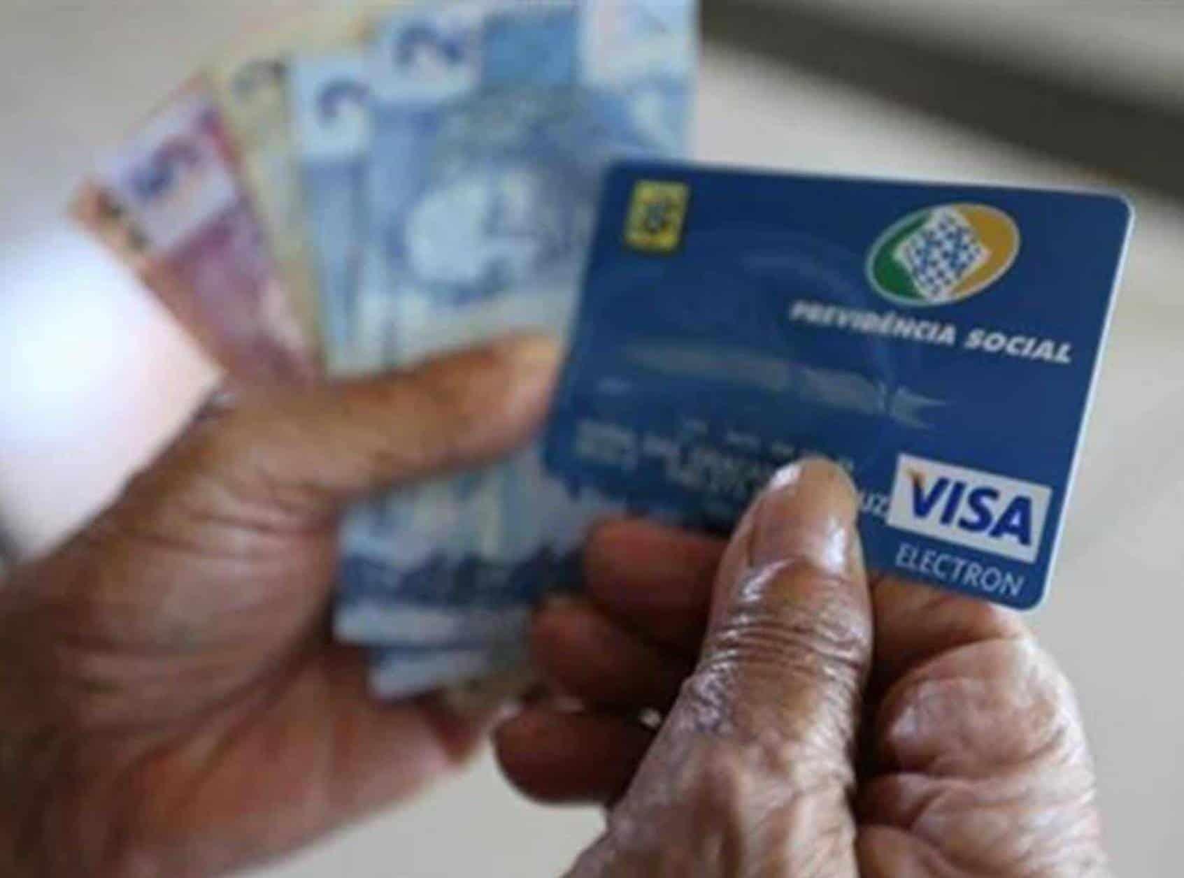 14º salário para aposentados do INSS pode ser pago em dezembro: entenda