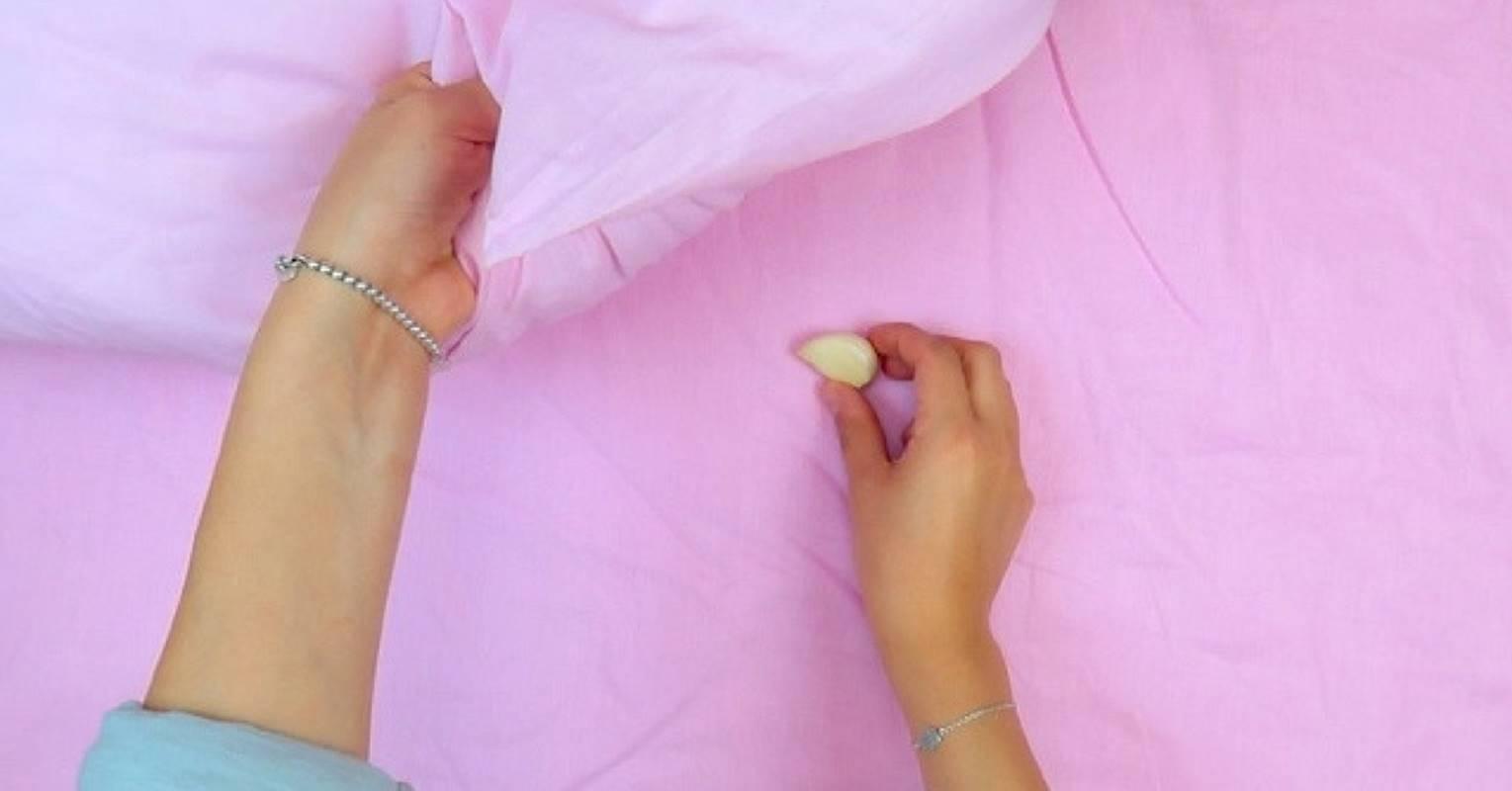 Alho debaixo do travesseiro: essa prática traz benefícios para a saúde