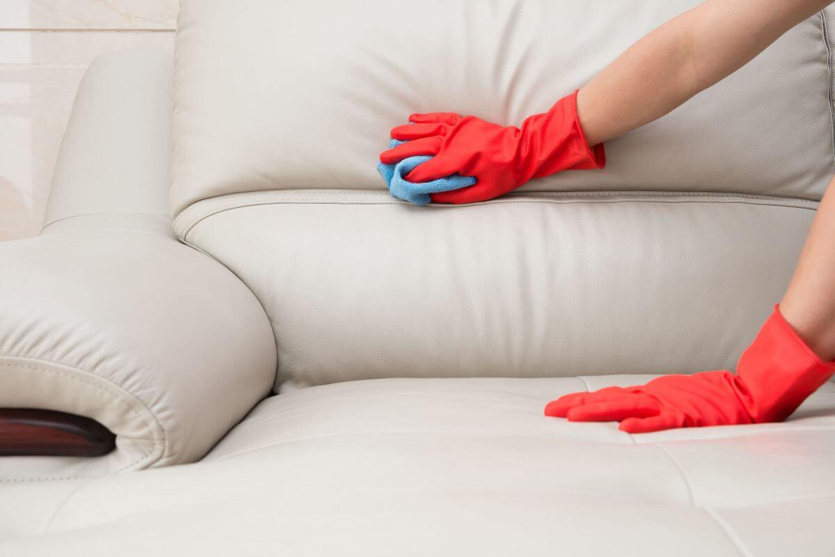 Formas diferentes de limpar o sofá com vinagre e facilitar a limpeza