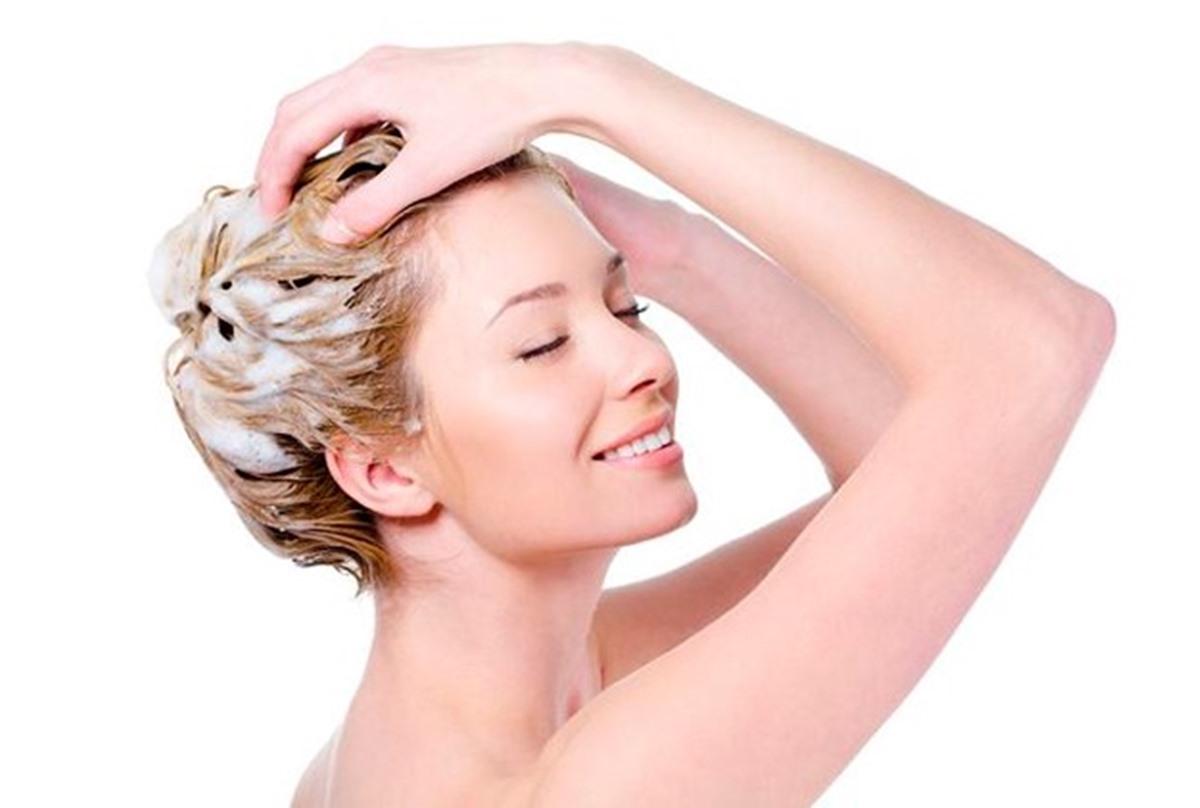 Saiba como esfoliar do couro cabeludo ajuda no crescimento capilar