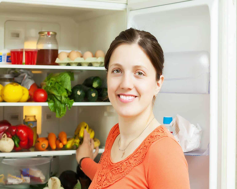 Mulher na frente da geladeira
