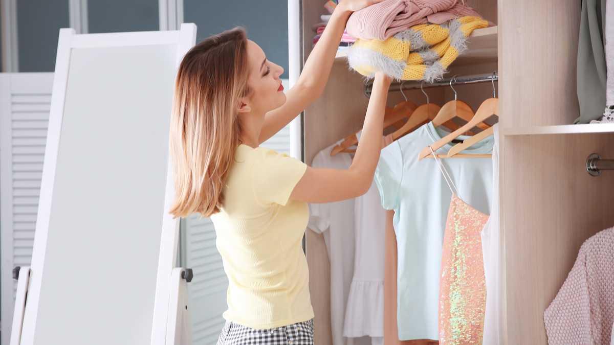 Como eliminar o cheiro de mofo e manchas nas roupas do guarda roupa