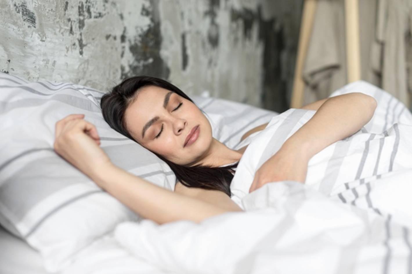 4 grandes benefícios de beleza que você obtém dormindo nua