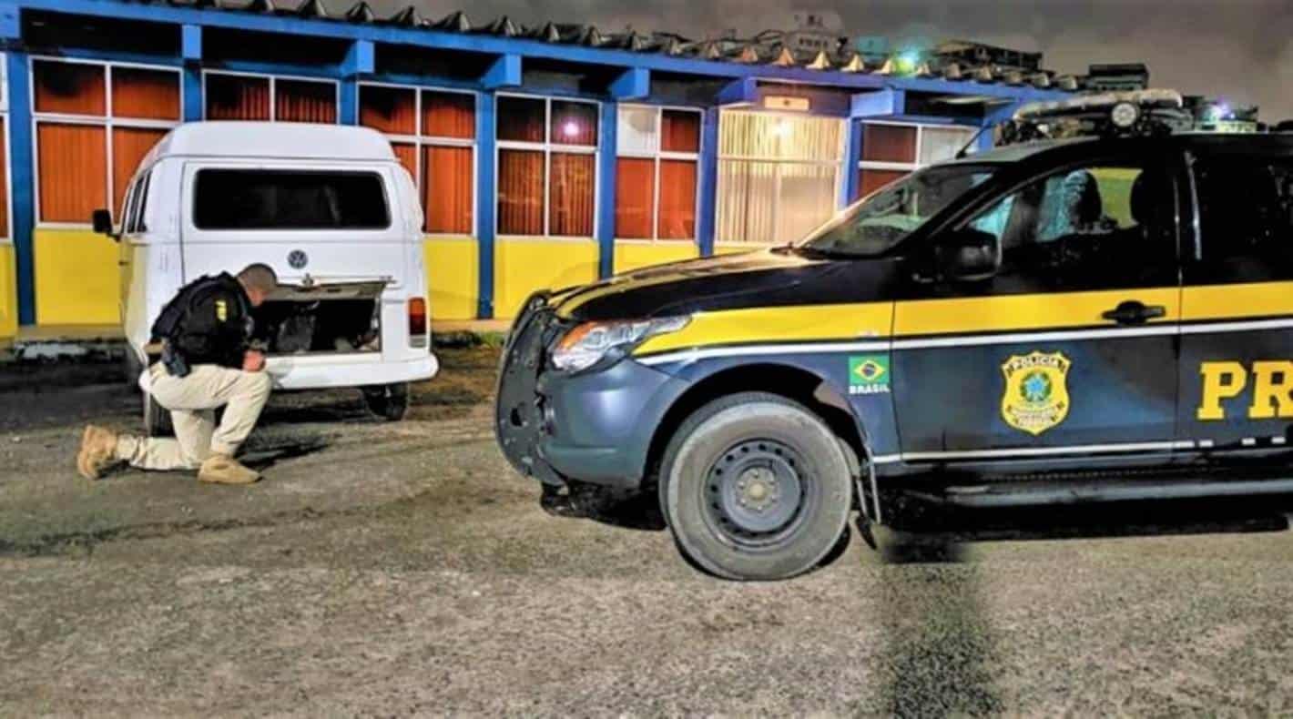 Kombi roubada é encontrada pela PRF abandonada em Simões Filho