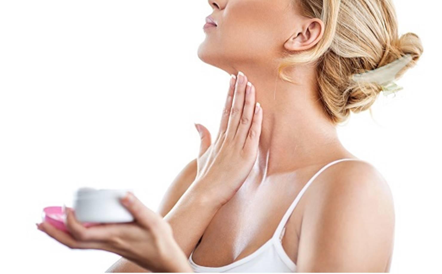 Mulher Cuidando da pele do pescoço