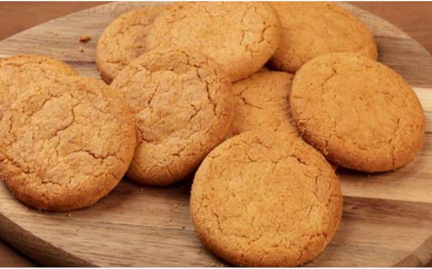 Biscoitos de Gengibre e Mel expostos em uma tábua na mesa