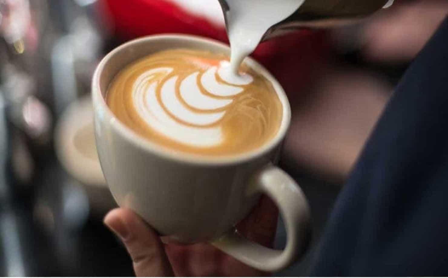 Cappuccino sendo preparado
