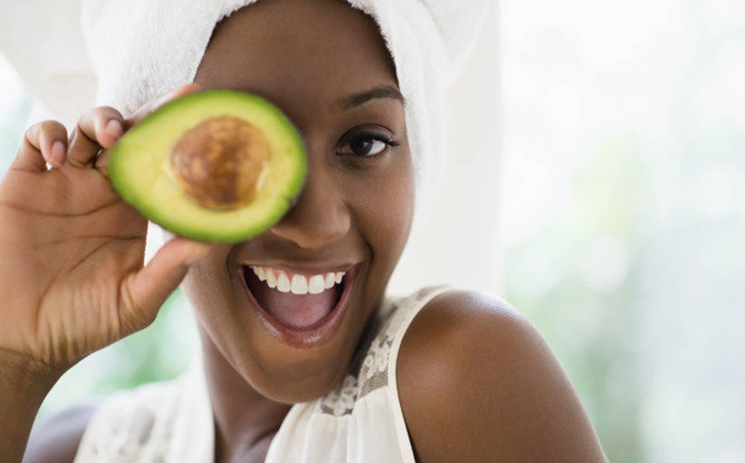 Mulher Negra com a Pele muito Bonita segurando abacate