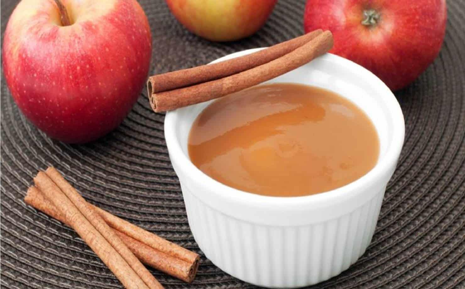 Molho de maçã exposto na mesa