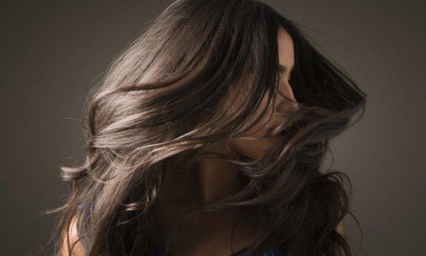 Mulher Sacudindo cabelo
