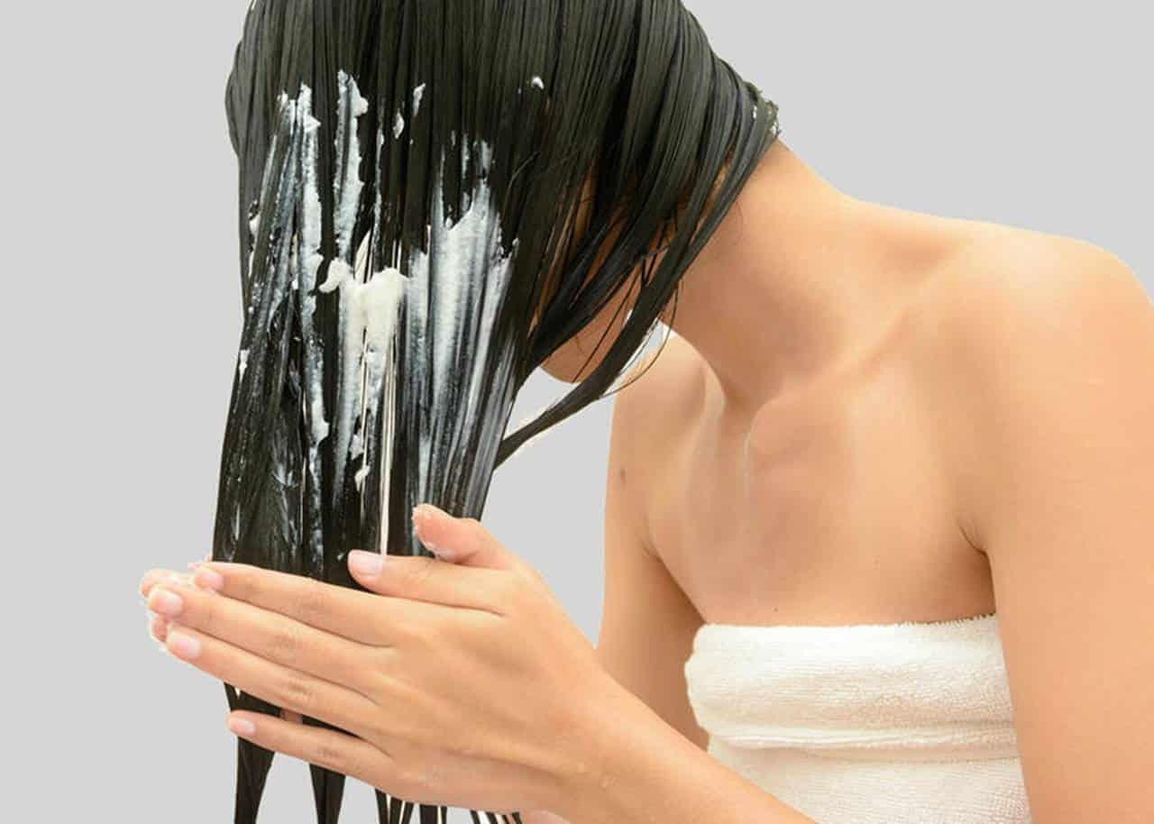 Cabelos hidratados e fios alinhados com máscara de amido de milho