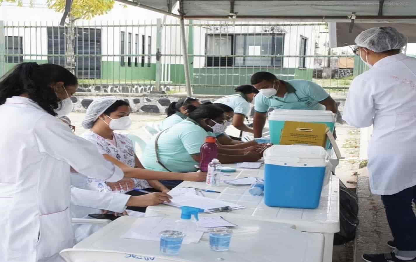 Pessoas com 50 anos ou mais são vacinadas neste sábado (19) em Simões Filho