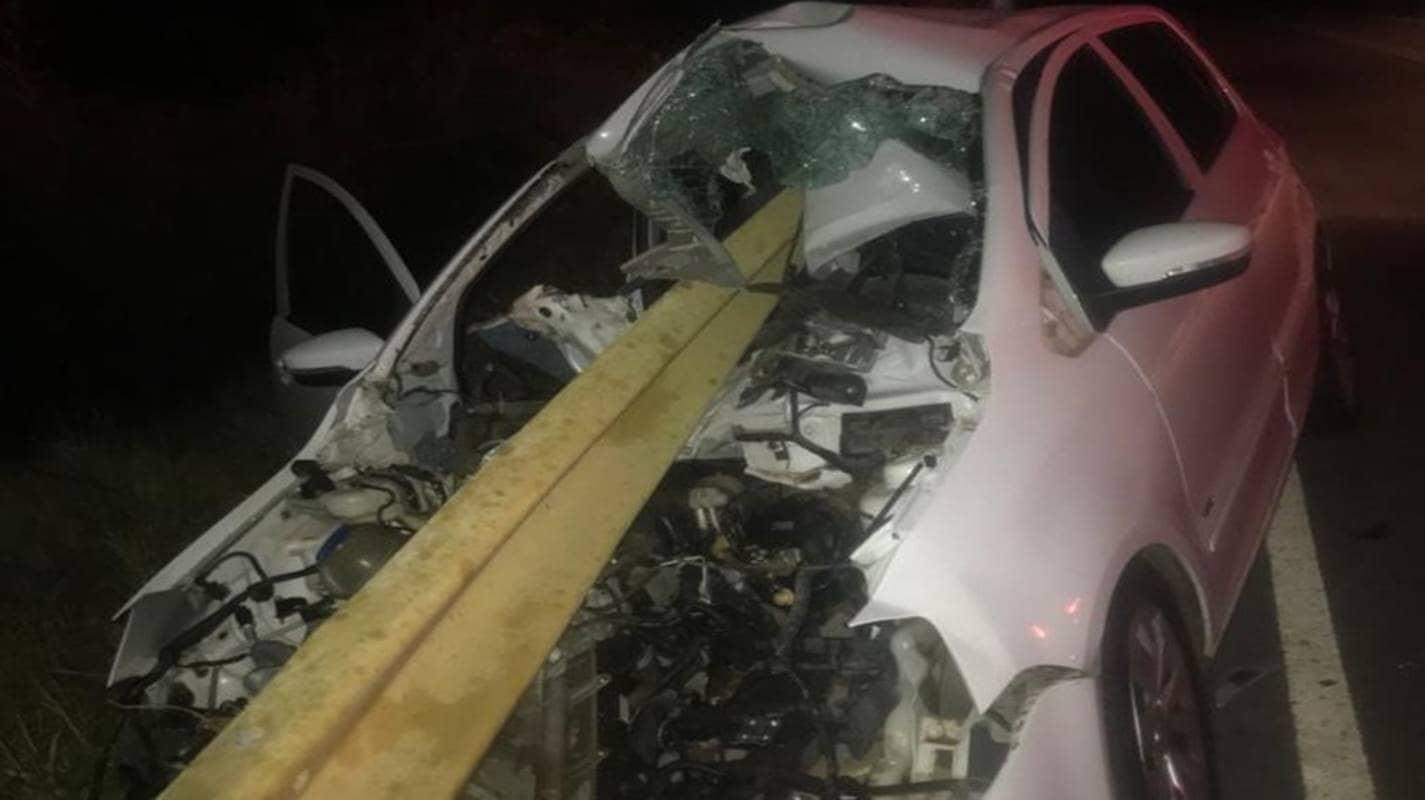 Mulher fica gravemente ferida após carro bater em guard rail e ferragem atravessar veículo