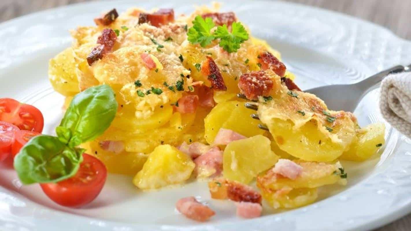 Divirta-se com esta receita simples de batatas gratinadas com bacon