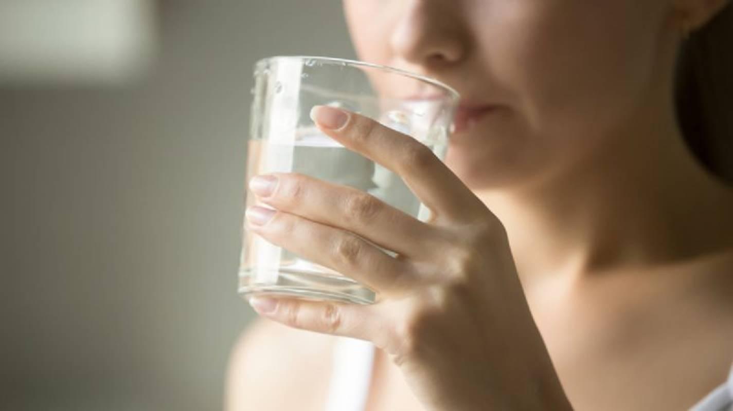 5 benefícios de beber água em jejum todos os dias