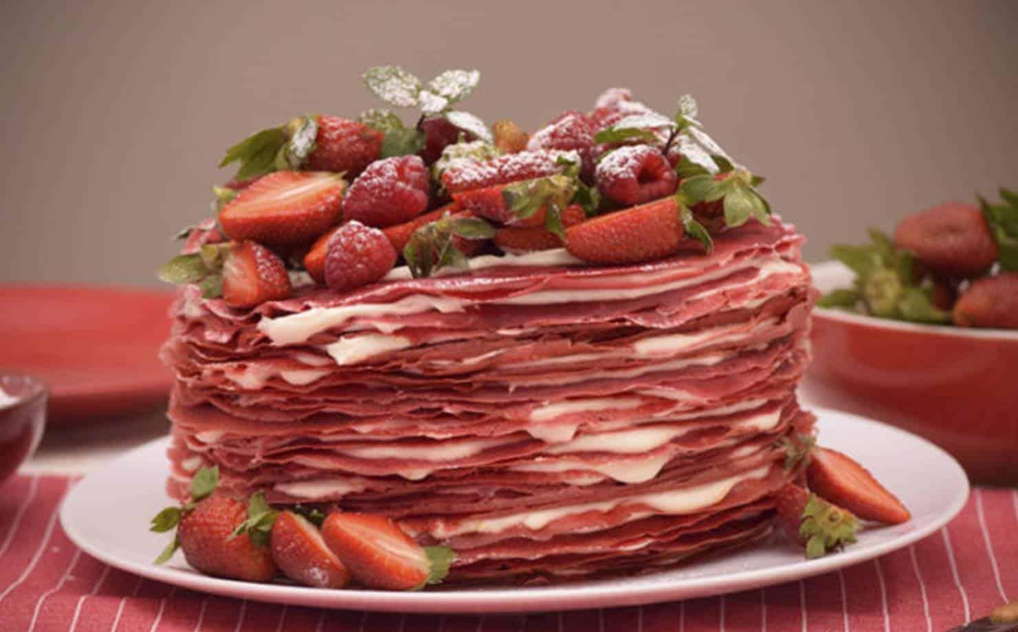 Aprenda a fazer o saboroso e nutritivo bolo de crepe red velvet