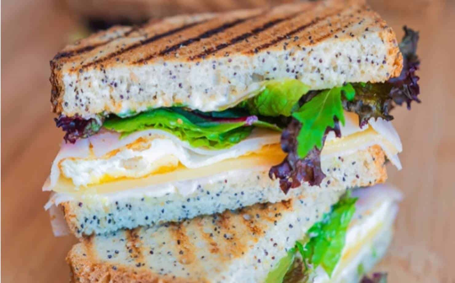 Como fazer o sanduíche considerado o mais crocante do mundo em casa