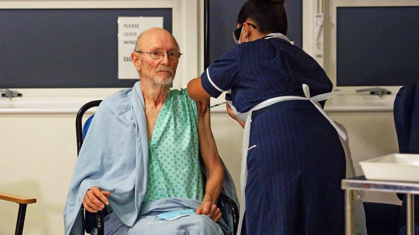 Primeiro homem vacinado contra a covid no mundo morre aos 81 anos