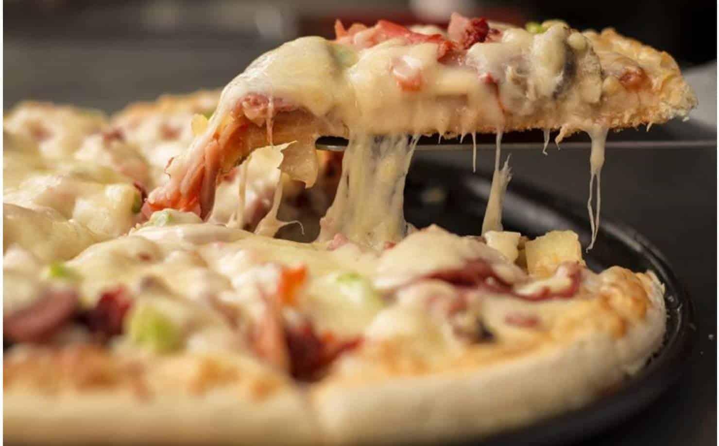 Veja como fazer uma deliciosa pizza caseira com ingredientes simples