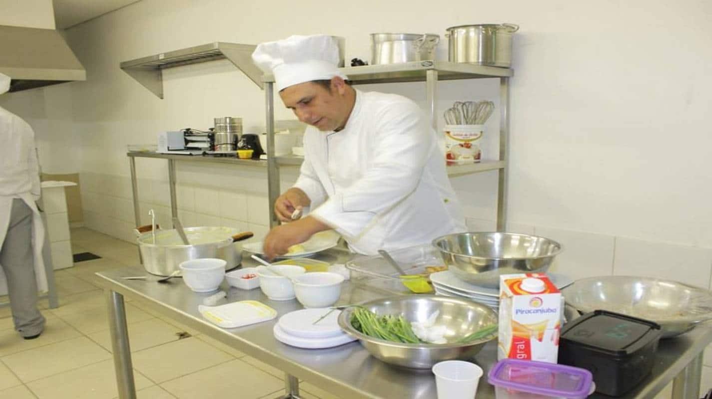 Restaurante abre mais de 40 vagas de emprego em Salvador; confira