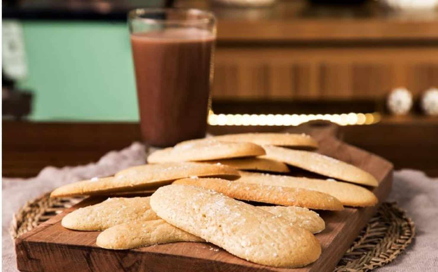 Biscoitos e Copo de Chocolate Quente na Mesa
