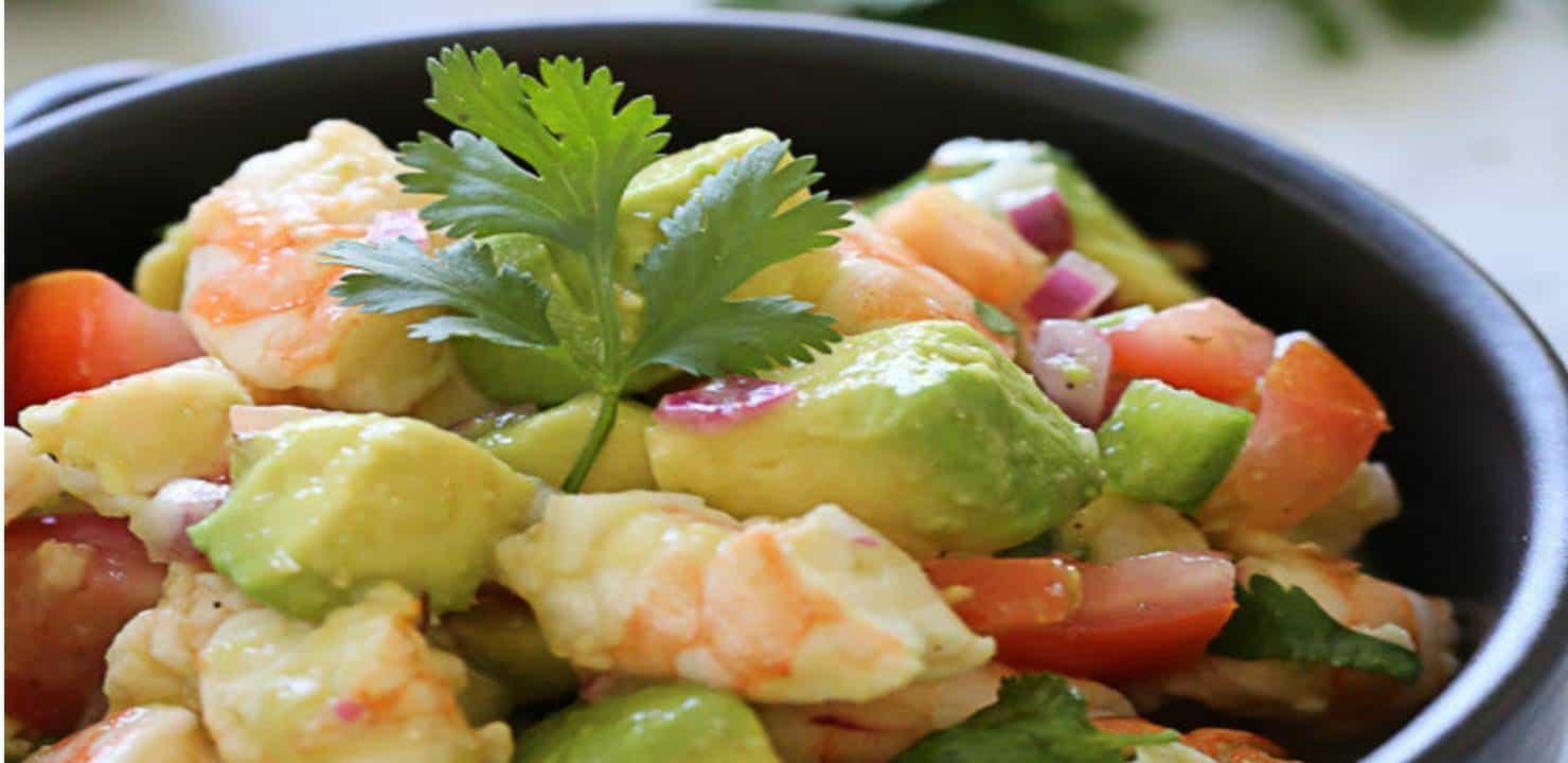 3 ideias de saladas com abacate e camarão que você vai adorar