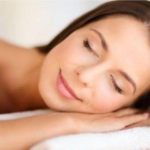 Mulher com pele bonita dormindo