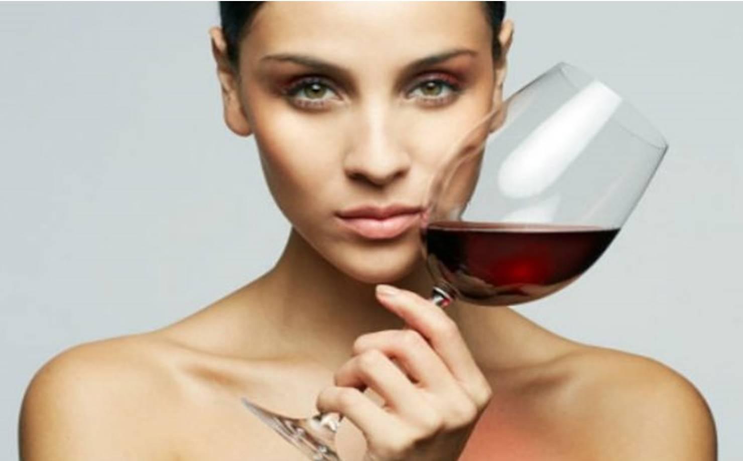 Mulher com taça de vinho nas mãos