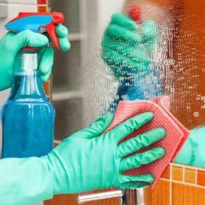 Mãos Limpando Espelho