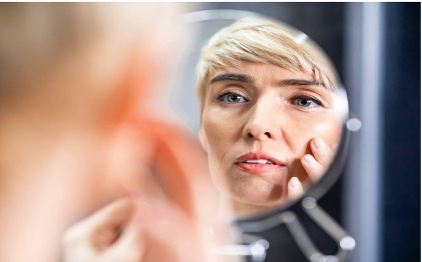 Mulher na Frente do Espelho