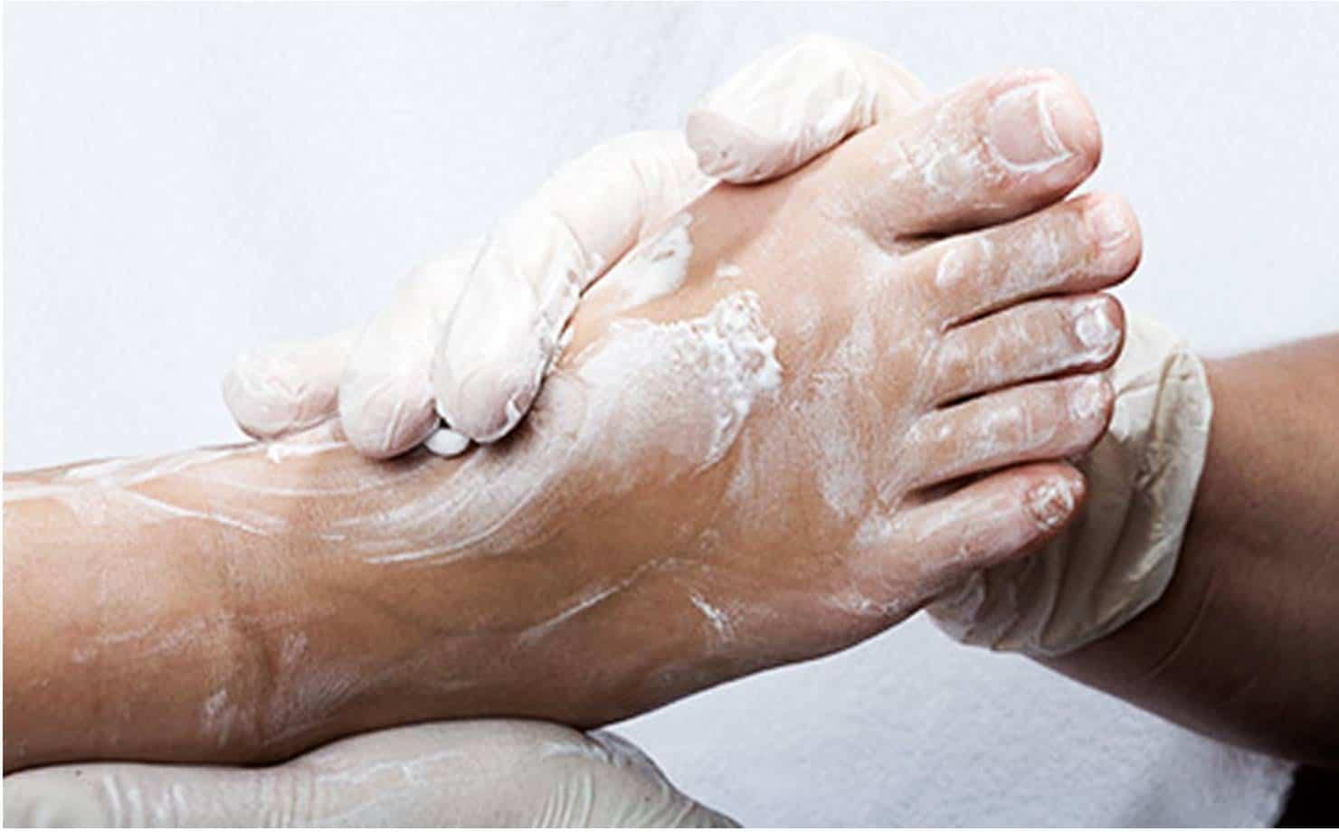Xô Chulé: elimine o odor dos pés com este talco caseiro