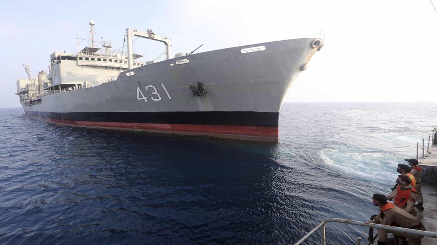 Maior navio da Marinha iraniana naufraga no Golfo de Omã