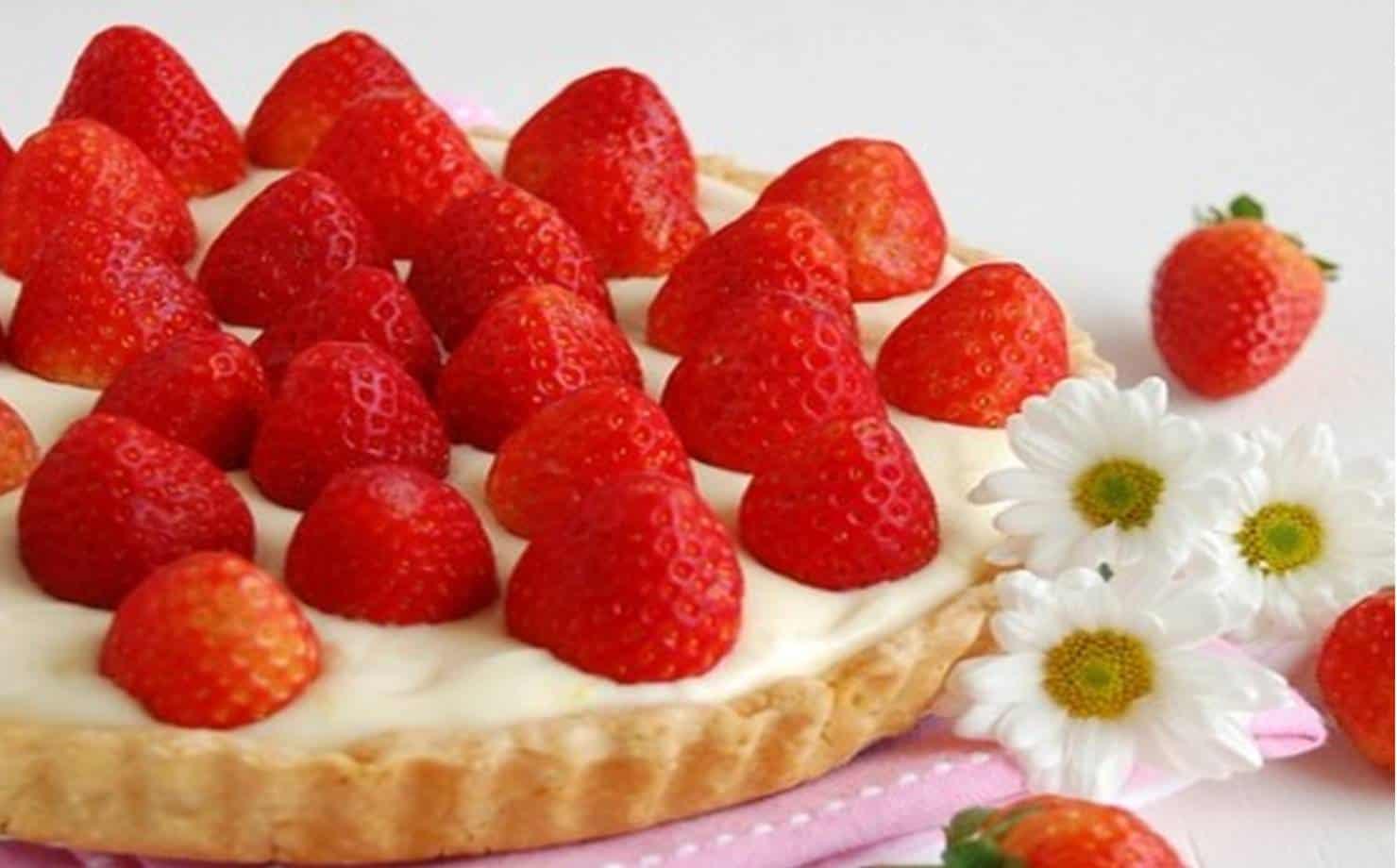 Torta de Morango com Creme e Flores na Mesa