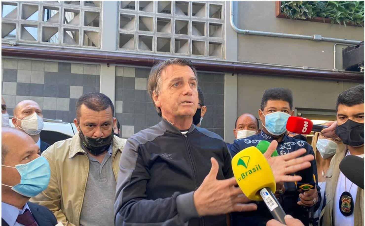 Bolsonaro em entrevista na frente do Hospital