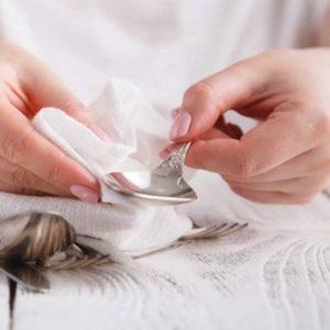 Mulher Limpando Talheres
