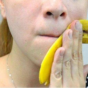 Casca de Banana sendo Esfregada no Rosto