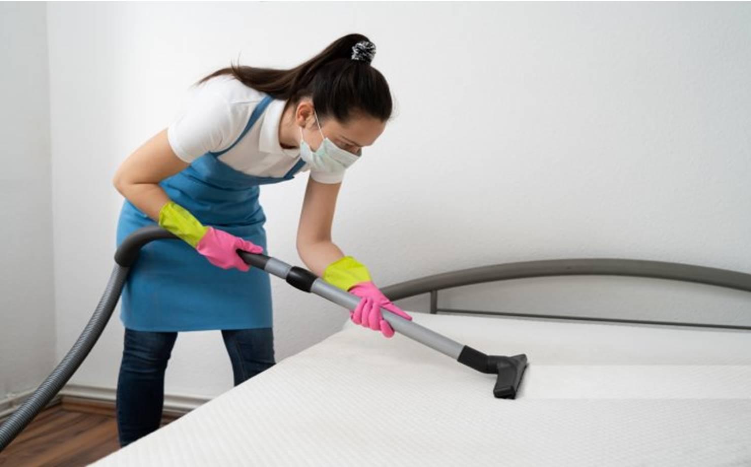 Como limpar o colchão: dicas para remover manchas e odores