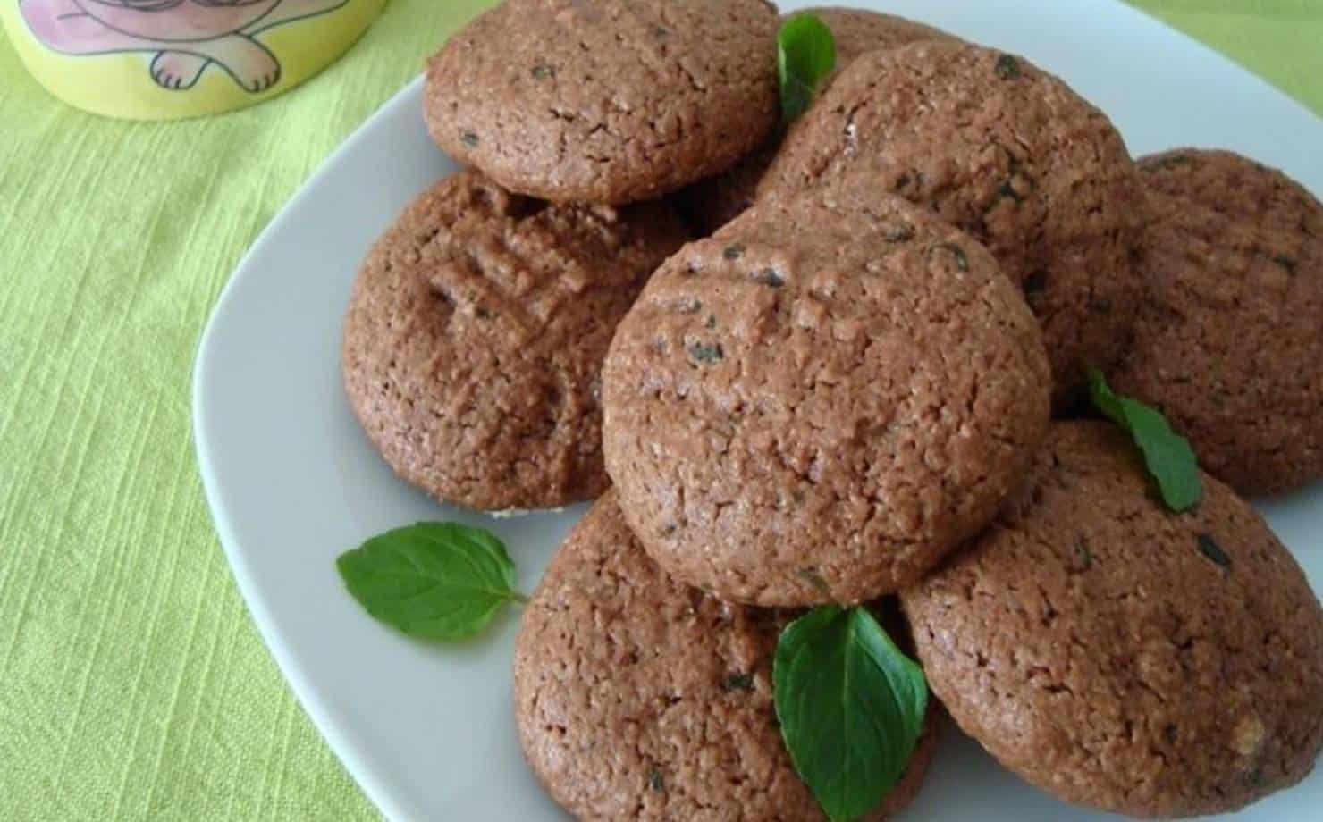 Biscoitos de Chocolate e Folhas de Hortelã