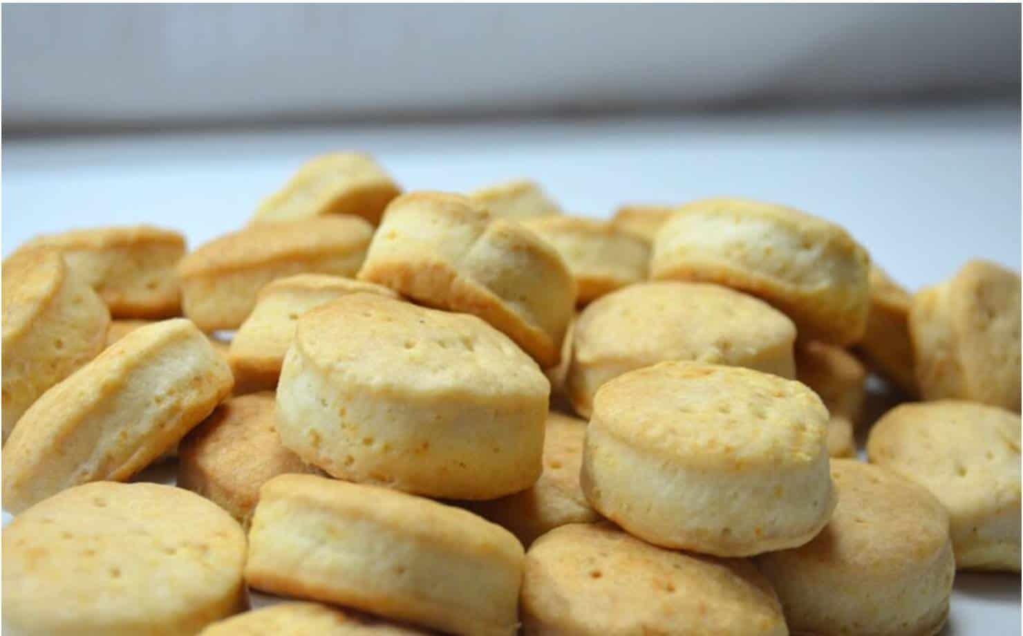 Biscoitos de Queijo na Mesa
