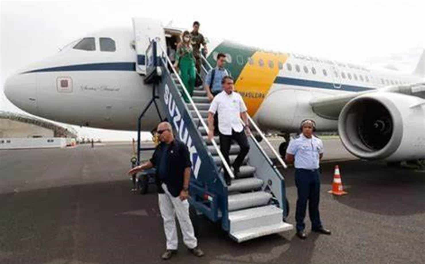Bolsonaro desembarcando do Avião