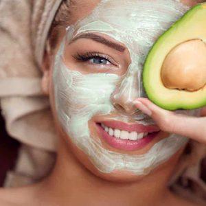 Mulher com Máscara e Abacate