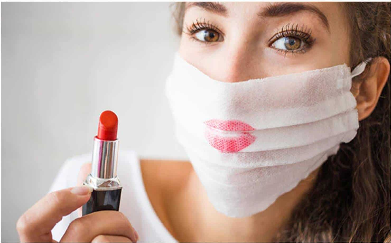 Mulher Usando Máscara Suja de Batom