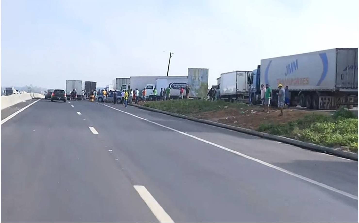 Caminhoneiros realizam protesto e bloqueiam rodovias federais na Bahia