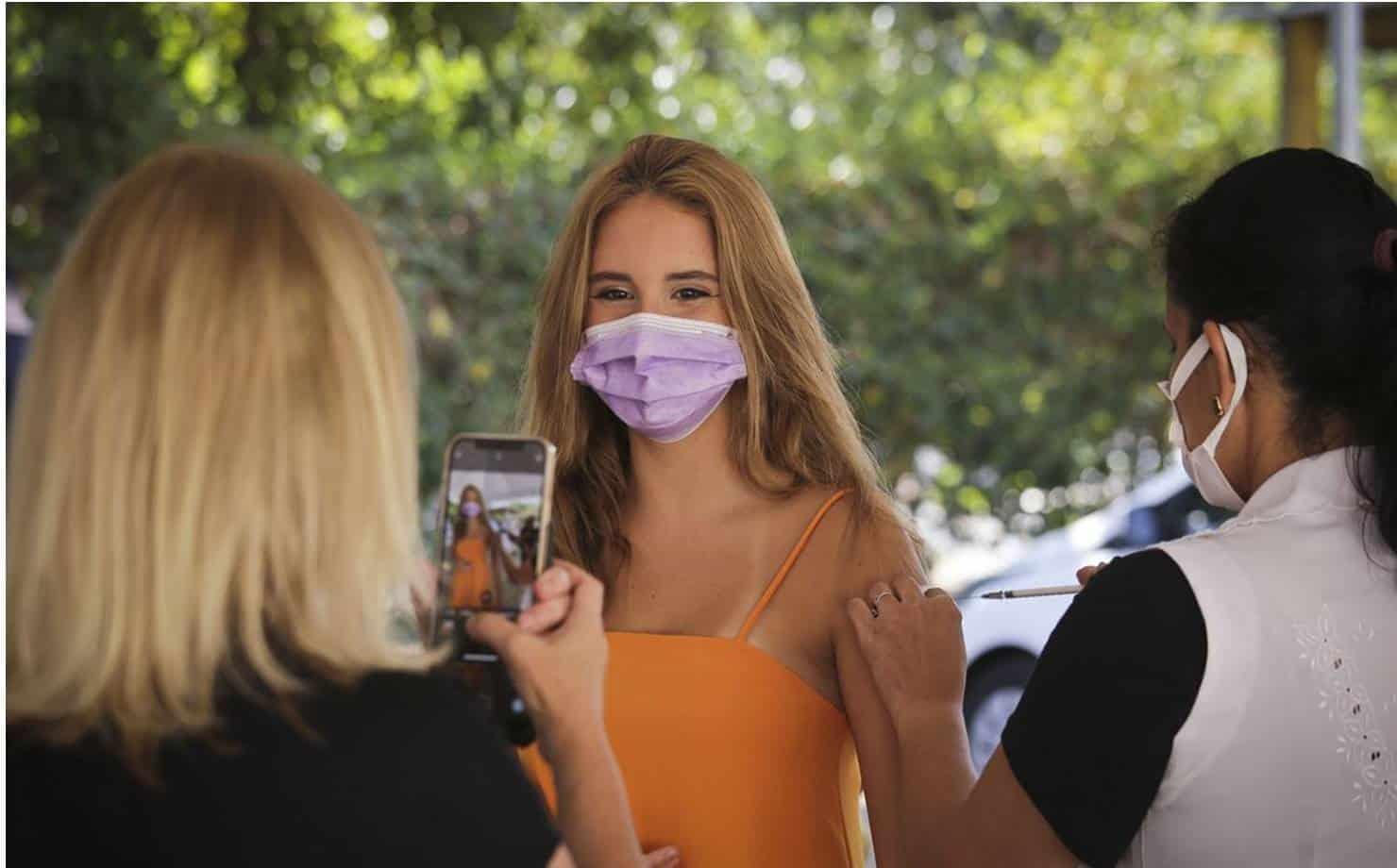 Adolescente sendo Vacinada