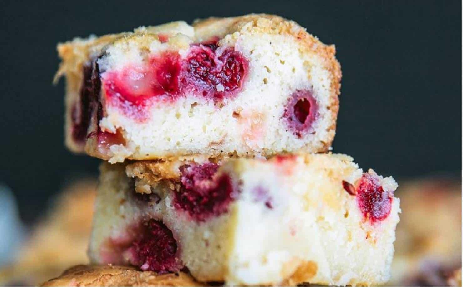 Sem açúcar ou manteiga: bolo de chocolate branco e frutas vermelhas
