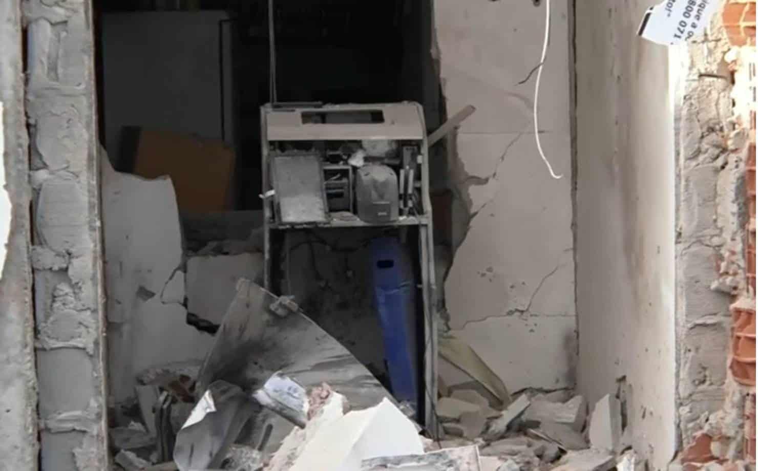 Cofre de posto de combustível é explodido em Simões Filho